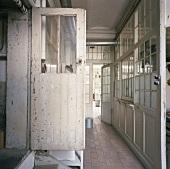 Glaseinbau mit Sprossenfenstern in einem Loft