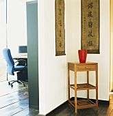 Zimmerecke mit chinesischem Beistelltisch und Wandschmuck
