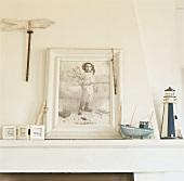Vintagerahmen mit Schwarzweissfoto und Deko auf einem Kaminsims