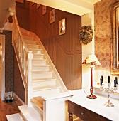 Romantische Raumecke mit Treppenaufgang im Landhausstil