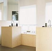 Badezimmer mit zwei separaten, rechteckigen Waschtischen, die eine Badewanne flankieren