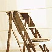 Detail einer Holzleiter mit Ringbüchern