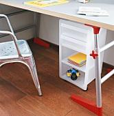 Detail eines Kinderschreibtisches mit Unterschrank und Tolix Stuhl