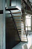 Einfache Treppe aus Stahl und Holz in einem Loft