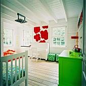 Ein Kinderzimmer mit weißem Klavier und bunten Wohnaccessoires