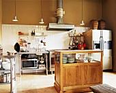 Eine charmante Patchworkküche mit Holztheke und Edelstahlregalen
