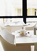 Schlichtes Tischgedeck in einem Cafe