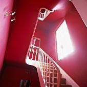 Klassik trifft auf Pop Art: Ein rotes Treppenhaus