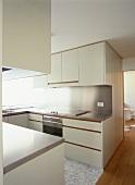 Eine moderne Einbauküche mit Edelstahloberflächen und Marmorboden