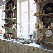 Der Spülbereich einer romantischen Landhausküche mit Edelstahloberflächen