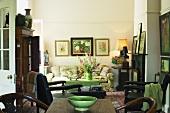 Antikmöbel und viele Gemälde verleihen diesem Wohnzimmer elegante Gemütlichkeit