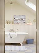 Pastellfarben und maritime Deko verleihen dem Badezimmer ein dezentes Wohlfühlambiente