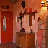 Eine antike Holzkommode in einem roten Zimmer