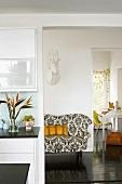 Farbenfrohe Akzente bestimmen die Gestalt von Küche, Flur und Arbeitszimmer