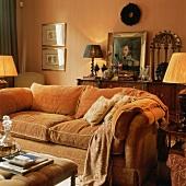 Eine urgemütliches Polstersofa in einem nostalgisch dekorierten Wohnzimmer