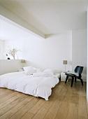 Puristisches Schlafzimmer in weiss mit schwarzem Eames Chair