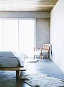 Helles Holz und weisse Textilien bestimmen den puristischen Charakter des hellen Schlafzimmers