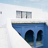 Ein orientalisches Haus mit zum Innenhof gerichtetem, blauem Arkadengang