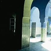 Blick durch einen Arkadengang in den Innenhof eines orientalischen Hauses