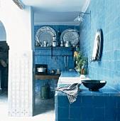 Eine komplett blau geflieste Küche mit gemauerter Arbeitsfläche in einem orientalischen Wohnhaus
