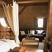 Elegante Antikmöbel im gemütlichen Ambiente eines alten Landhauses mit Holzbalkendecke