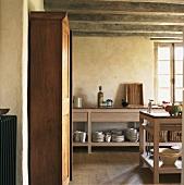 Einfache Holztheken und ein alter Küchenschrank in der Küche eines Bauernhauses