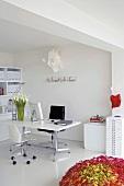 Ein Büroraum mit weissen Möbeln und farbigen Akzenten