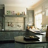 Klassische Landhausküche mit künstlicher Patina
