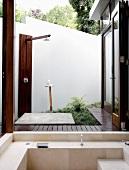 Edle Aussendusche und Natursteinwhirlpool auf der Terrasse