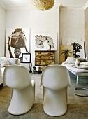 Zwei Pantonstühle im afrikanisch dekorierten Wohnzimmer