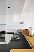 Blick über Schieferplatte einer modernen Küchenzeile mit Holztheke