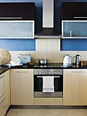 Blick auf Herd und Elektrogeräte einer modernen Küchenzeile