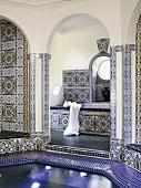 Großes Badezimmer im marokkanischen Stil mit Mosaikfliesen und zentralem Kuppelraum