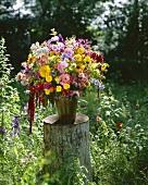 Sommerblumenstrauss auf Baumstumpf