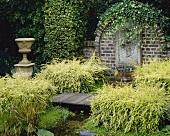Wandbrunnen & kleiner Teich bewachsen mit Lonicera