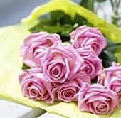 Ein Strauss rosa Rosen
