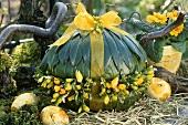 Deko-Ei mit Lorbeerblättern und Fresien verziert zu Ostern
