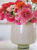 Blumenvase mit rosa Blumen