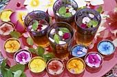 Eistee mit Minze, Rosenblättern und Blumendeko im Freien