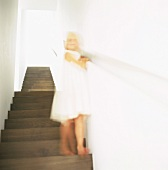 Treppenaufgang mit herunterlaufendem Kind