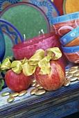Äpfel mit goldener Schleife zu Weihnachten