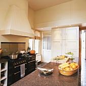 Küche im Landhausstil mit langgestreckter Kücheninsel