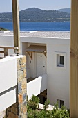 Blick auf südländisches Haus am Meer