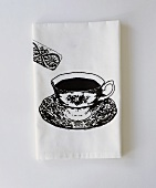 weiße Papierserviette mit aufgedruckter Teetasse & Keks