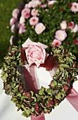 Herzförmiger Kranz aus Hortensienblüten mit einer Rose