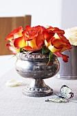 Rosen in alter englischer Silberschale