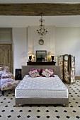 Gefliestes Schlafzimmer mit Doppelbett, Matratze, Chaiselongue & Paravent