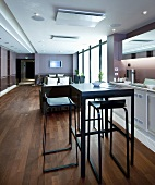 Innenraum eines Spa-Hotels mit Sitzecken, Bistrotisch & Küchenzeile
