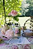 Romantisch gedeckter Tisch im Schlossgarten (La Verrerie, Frankreich)