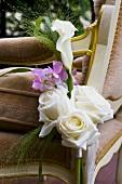 Blumengesteck aus weissen Rosen und Calla
